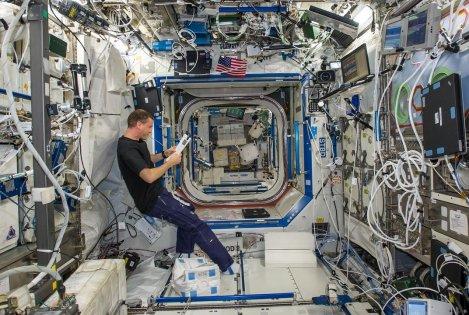 Suasana di dalam ISS.